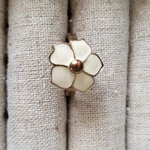 Enamel gold white flower ring